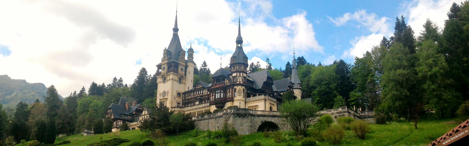 Castelul Peleș este unul dintre cele mai importante edificii de tip istoric din România, având caracter de unicat și este, prin valoarea sa istorică și artistică, unul din cele mai importante monumente de acest fel din Europa celei de-a doua jumătăți a secolului al XIX-lea.